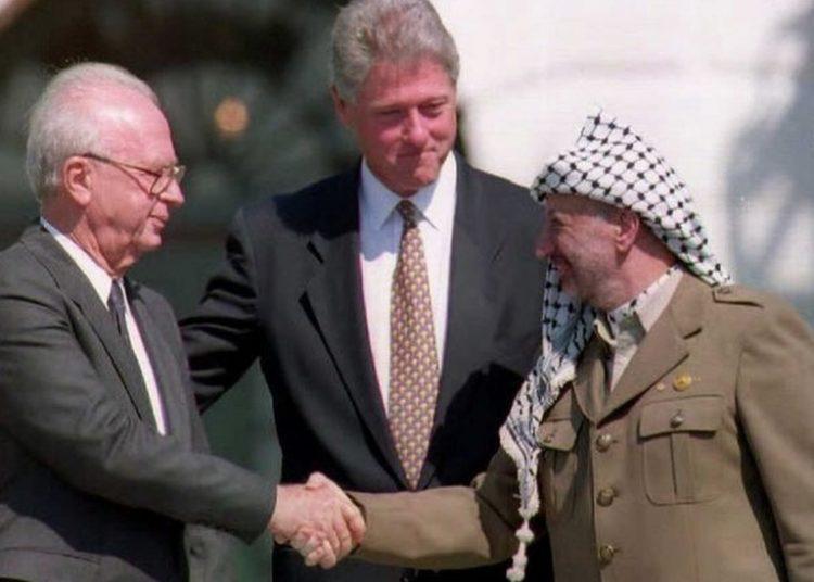 Jabat tangan antara Palestina dan Isreal di Geung Putih menandakan sebuah momen akan harapan tinggi - Getty Images